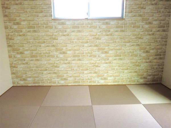 ピンクの畳を敷いた素敵な部屋