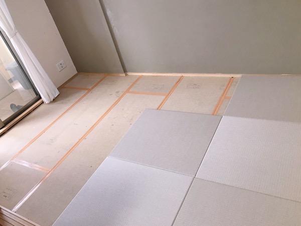 畳を敷いている途中の画像