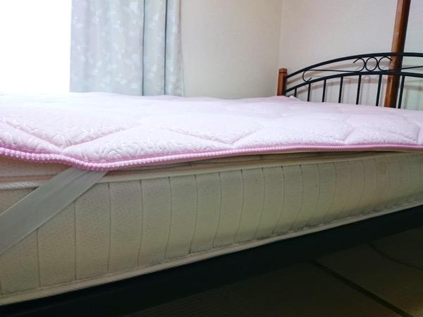 柔らかいマットのベッドの横側