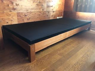 黒い畳のベッド