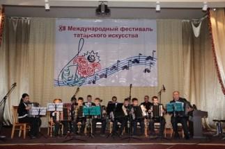 Младший состав ансамбля Ильрам татарской школы искусств и его руководители