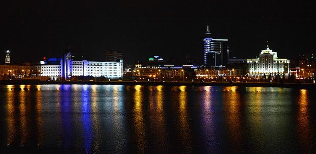Вечерняя Казань отражается в Озере Кабан