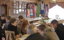 Дженнета украсила свой ресторанчик семейными фотографиями и традиционной татарской одеждой