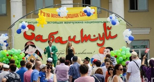 Sabantuy on embankment of Khabarovsk gathered several hundred townspeople gathered