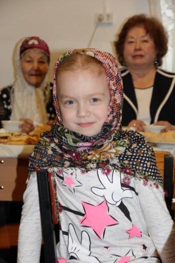 Русана Люй сразу примерила подарок - платок ручной работы