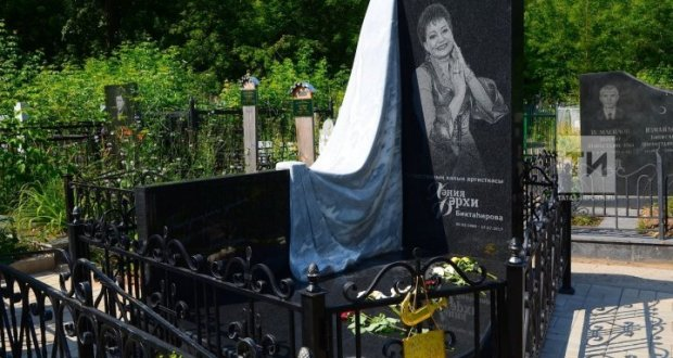"""""""They go like to museum"""": At the grave of Haniya Farhi, a tombstone erected"""