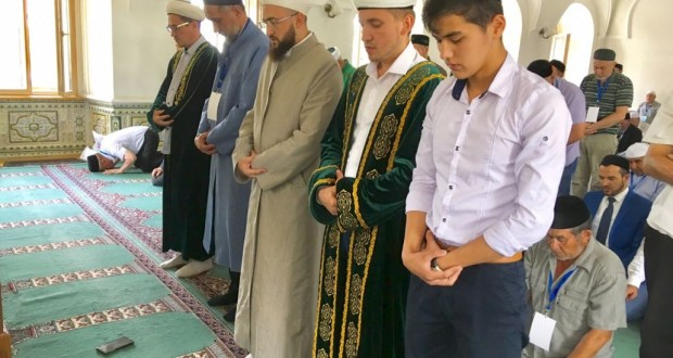 Delegates of the IX All-Russian Forum of Tatar religious figures read a prayer in the Mardjani mosque