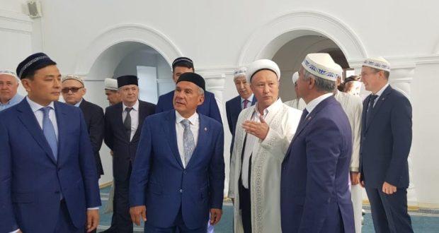 Рустам Минниханов посетил Красную мечеть в Уральске