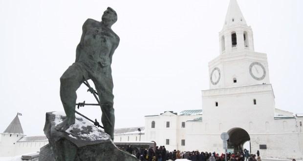Татар җәмәгатьчелеге Муса Җәлил һәйкәленә  чәчәкләр салды