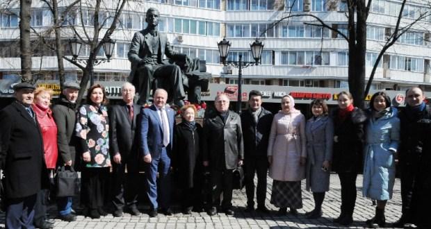 Равиль Ахметшин возложил цветы к памятнику Габдуллы Тукая