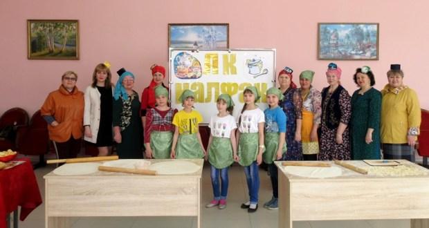 """Иске Ярмәкнең """"Ак калфак"""" оешмасы хатын-кызлары мастер-класс күрсәттеләр һәм Чернобыль ветераны янына бардылар"""