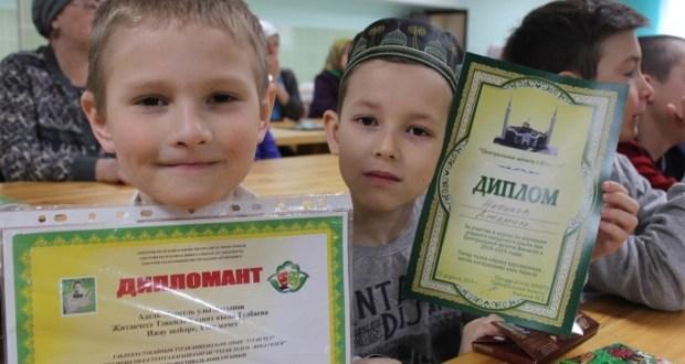 Ижауда татар телен өйрәнүче балаларны бүләкләделәр