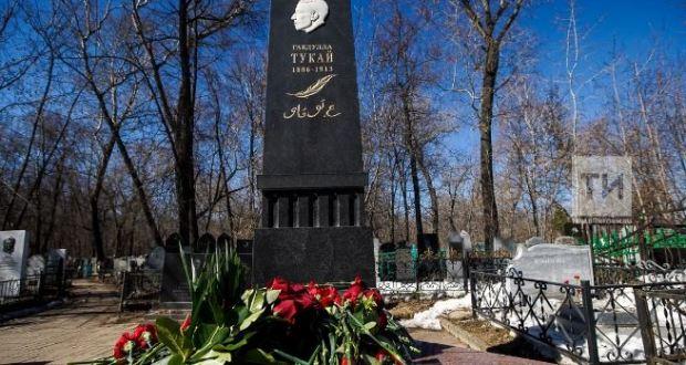 Представители татарской общественности возложили цветы к могиле Габдуллы Тукая