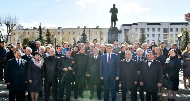 Rustam Minnikhanov laid flowers at the monument to the Tatar poet Gabdulla Tukai
