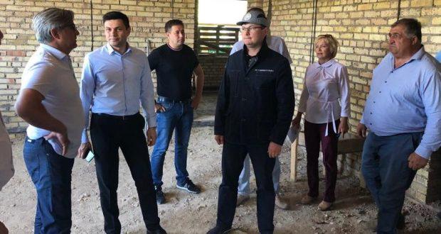 Vasil Shaikhraziyev acquainted with  progress of repair work at the Fatih Karim Museum