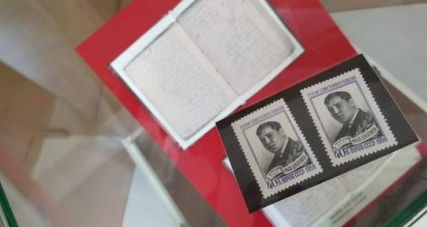 Муса Җәлил музей-фатирына Муса Җәлил төшерелгән марка бүләк ителде