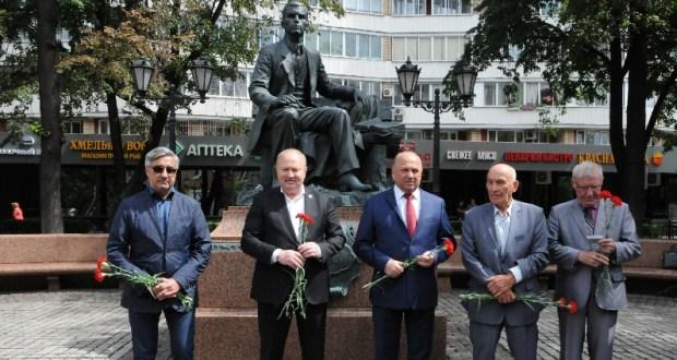 В Москве возложили цветы к памятнику великого татарского поэта Габдуллы Тукая