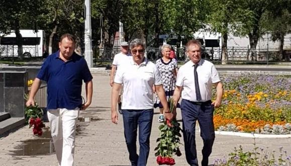Василь Шайхразиев в Астрахани возложил цветы к памятникам выдающихся татарских поэтов Г. Тукаю и М. Джалилю
