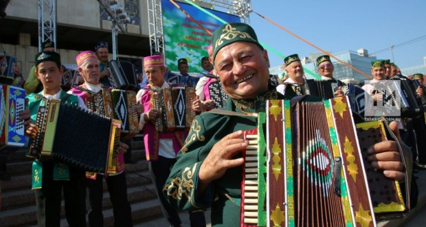 About a thousand harmonists walked the streets of Kazan during the celebration of Republic Day