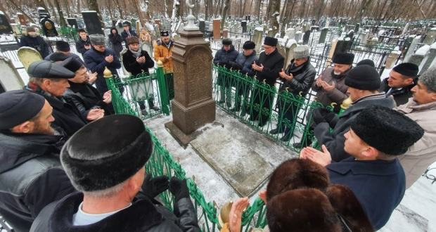 Today is Mardjani's birthday and the day of the death of Ilham Shakirov. Muslim leaders pray at the graves of the great Tatars