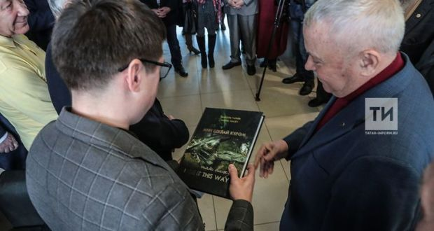 Язучы Марсель Галиев беренче тапкыр үз китабын җитәкче кешегә бүләк итте
