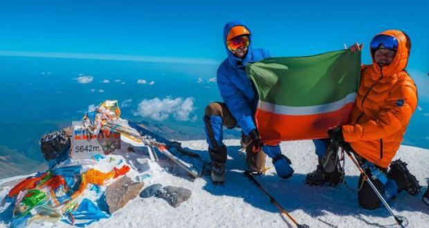 EMERCOM  (Emergency Control Ministry)  employee raised the flag of Tatarstan on Elbrus