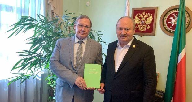 Равиль Ахметшин встретился с автором книги о дипломате Кариме Хакимове