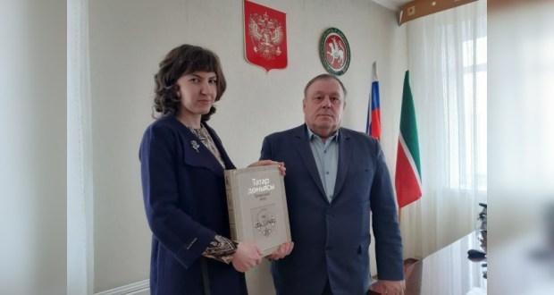 Бугульминской библиотеке передали уникальную книгу об истории татарского народа