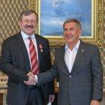 Рөстәм Миңнеханов Андрей Цариковскийны «ТАССРның 100 еллыгы» медале белән бүләкләде