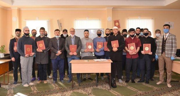 Представители АПМ РФ передали в дар шакирдам «Мухаммадии» смысловые переводы Корана ДУМ РТ