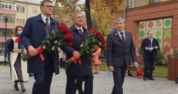 Rustam Minnikhanov laid flowers at the monument to Musa Jalil in Chelyabinsk