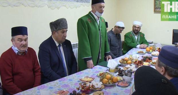 ВИДЕО: Ульяновск шәһәренең Зөяаръягында гомер итүче татарлар узып баручы елга йомгак ясый