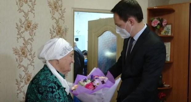В Альметьевске с 90-летием поздравили труженицу тыла Камарию Абзалову