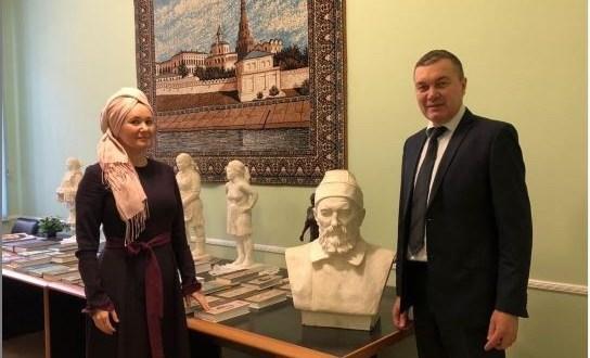 Permanent Representative of the Republic of Tatarstan Renat Valiullin meets with journalist Katifa Gainetdinova