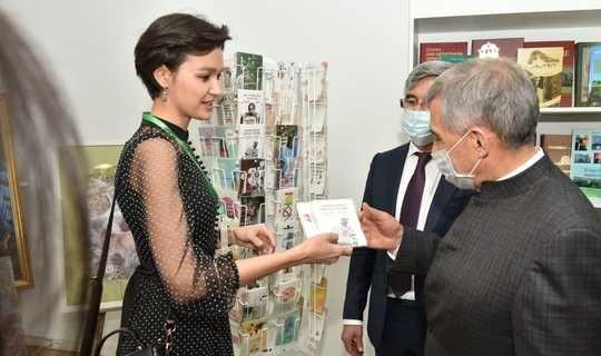 "Rustam Minnikhanov highly appreciated the exhibition of the studio of Tatar postcards ""Khatlar Yorty"""
