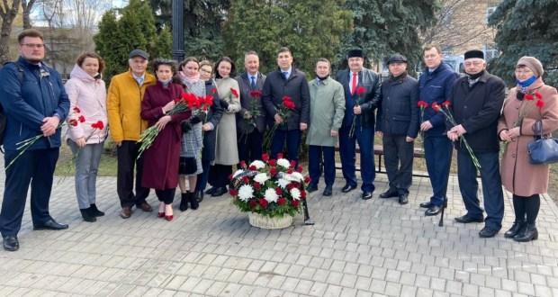 Бөтендөнья татар конгрессы хезмәткәрләре Г.Тукай һәйкәленә чәчәкләр салды