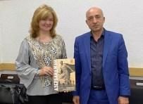 Вручение книги про вклад Азербайджана в роли ВОВ Мадине Махмутове