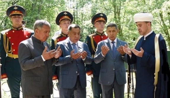 Рустам Минниханов возложил цветы к братской могиле воинов, погибших в годы Великой Отечественной войны