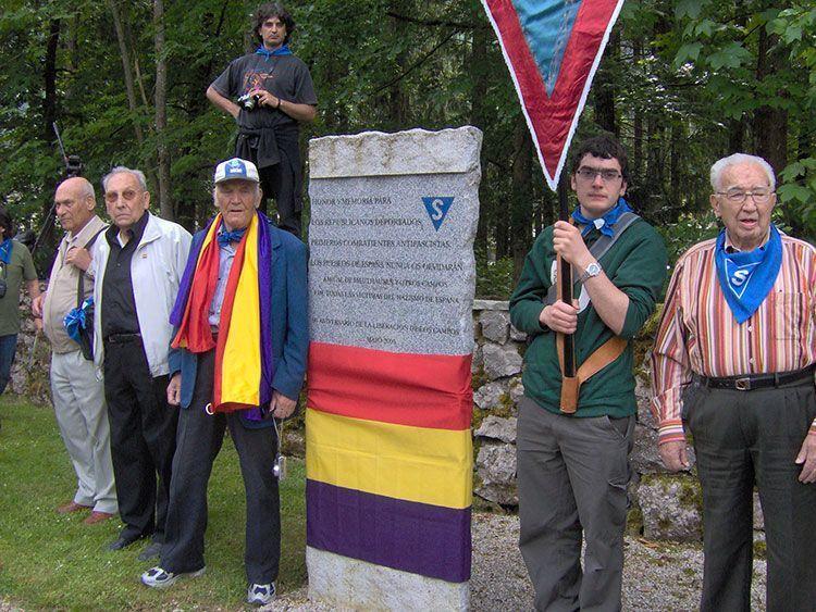 Algunos componentes de Amical Mauthausen que viajaron al campo de concentración de Ebensee en 2008