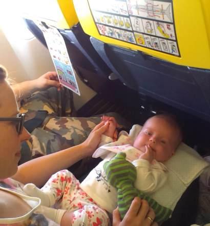 Niemowlak podczas podróży samolotem Ryanair