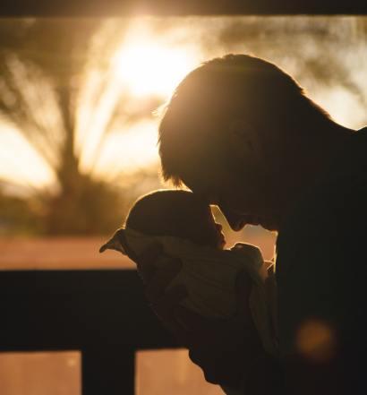 ojciec z niemowlakiem