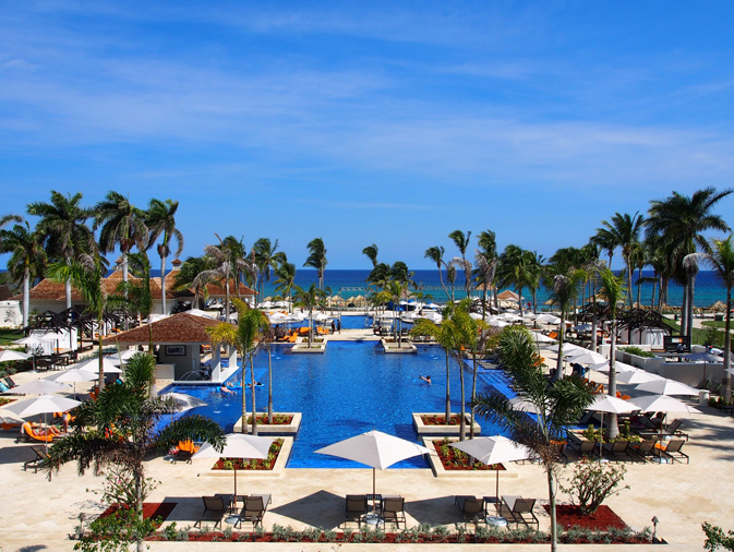 11-the-spectacular-pool-at-hyatt-ziva-that-stretches-out-to-sea-1
