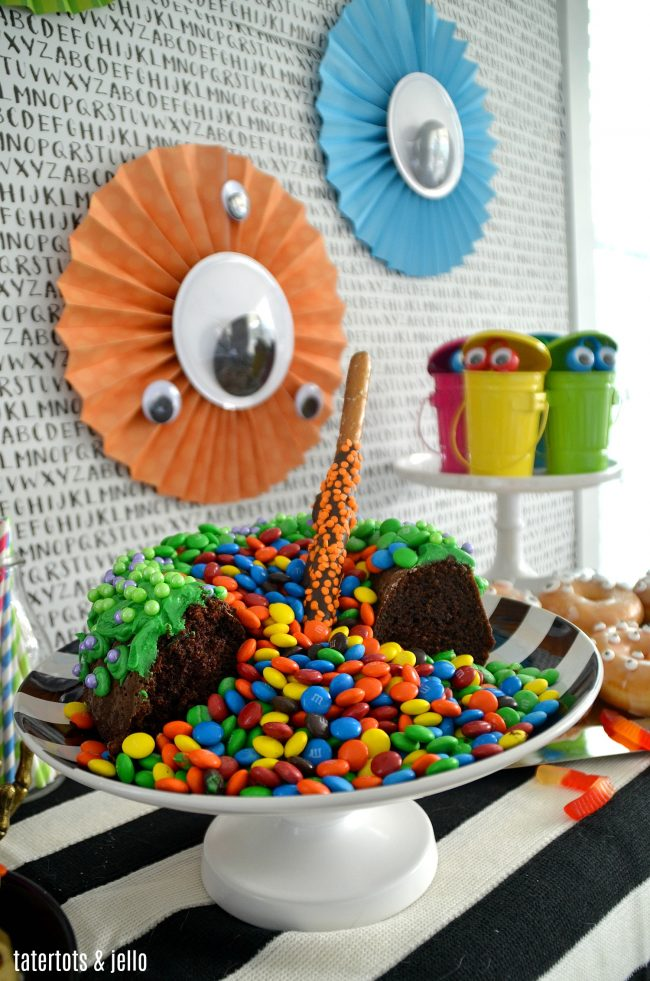 Monster Party and Bubbling Witch Candy Cake!