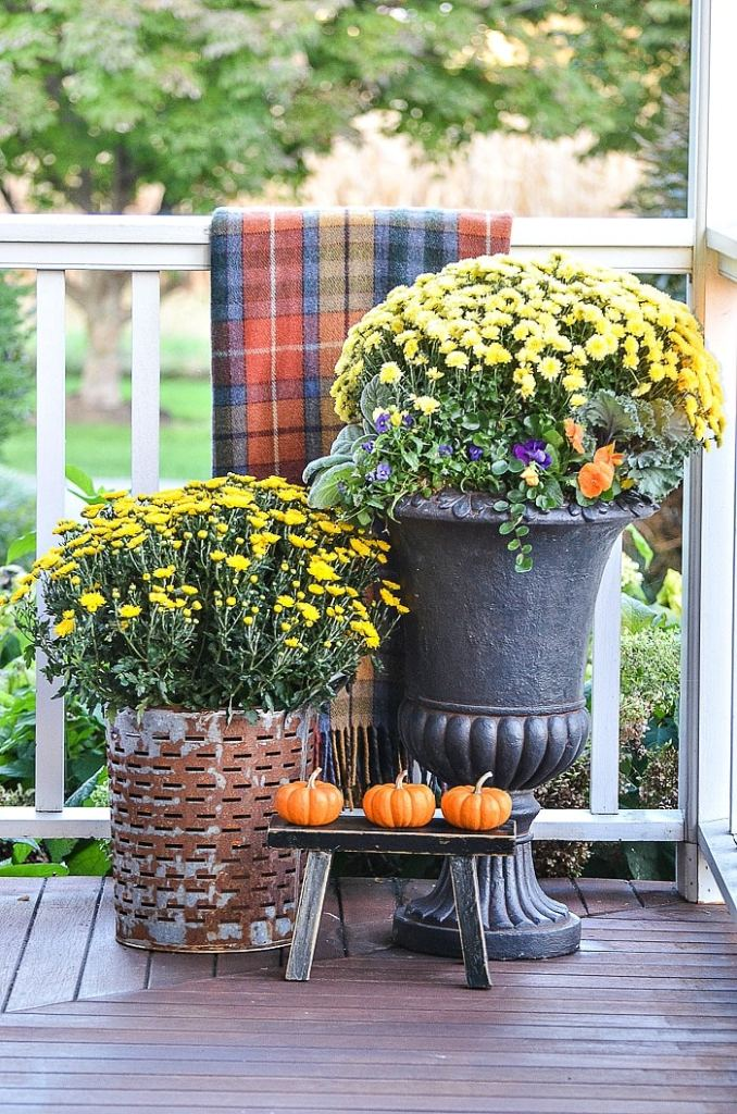Outdoor Small Space Fall Decorating @ Stone Gable