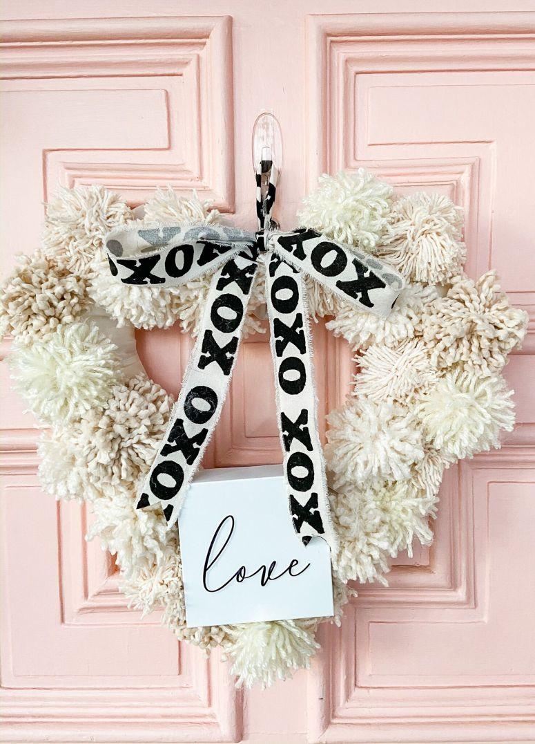 Comment faire une couronne de fil de pom pom Valentine Heart.  Illuminez votre porte cet hiver avec une couronne de pompons texturée pour la Saint-Valentin!