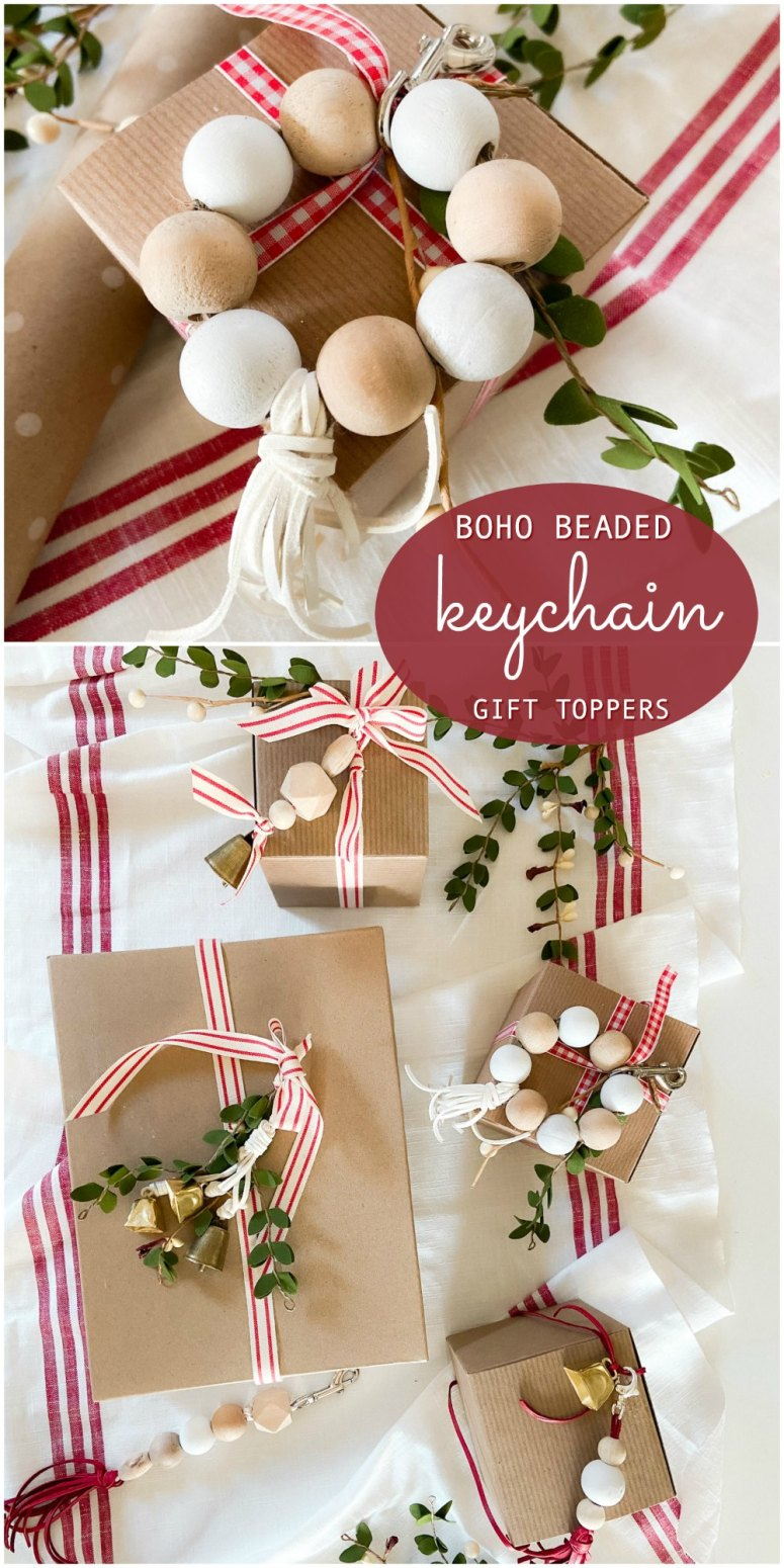 Toppers de cadeaux de vacances de trousseau de perles de Boho.  Utilisez des perles, du ruban et de la ficelle pour fabriquer les porte-clés faits à la main les plus mignons qui font également d'adorables cadeaux pour les vacances.