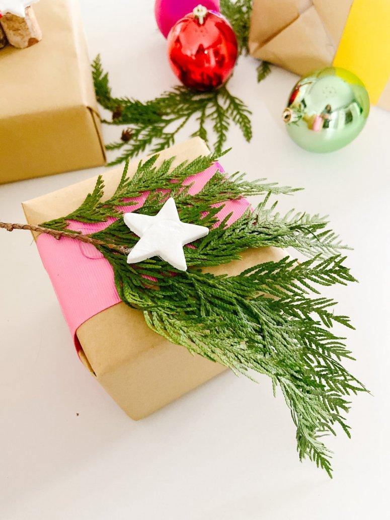 Embellissement d'emballage cadeau d'argile de bicarbonate de soude bricolage.  En utilisant seulement deux ingrédients de garde-manger et des articles fourragers de votre jardin, vous pouvez créer de magnifiques cadeaux qui auront fière allure sous votre arbre.