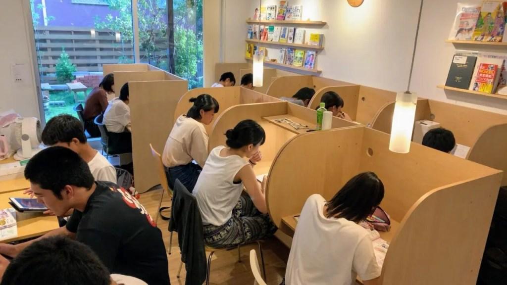 自習室で勉強している様子