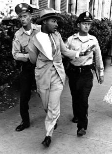 Martin Luther King viene arrestato per aver cercato di mangiare in un ristorante riservato a persone bianche in Florida, nel 1964.