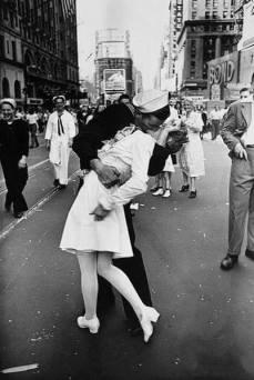 Il bacio (L'infermiera e il marinaio), foto di Alfred Eisenstaedt. E' un'immagine che, forse involontariamente, è diventata la rappresentazione iconografica di un momento storico. 14 agosto 1945. Il Presidente Truman aveva appena annunciato la vittoria sul Giappone e, quindi, la fine della Seconda Guerra Mondiale.